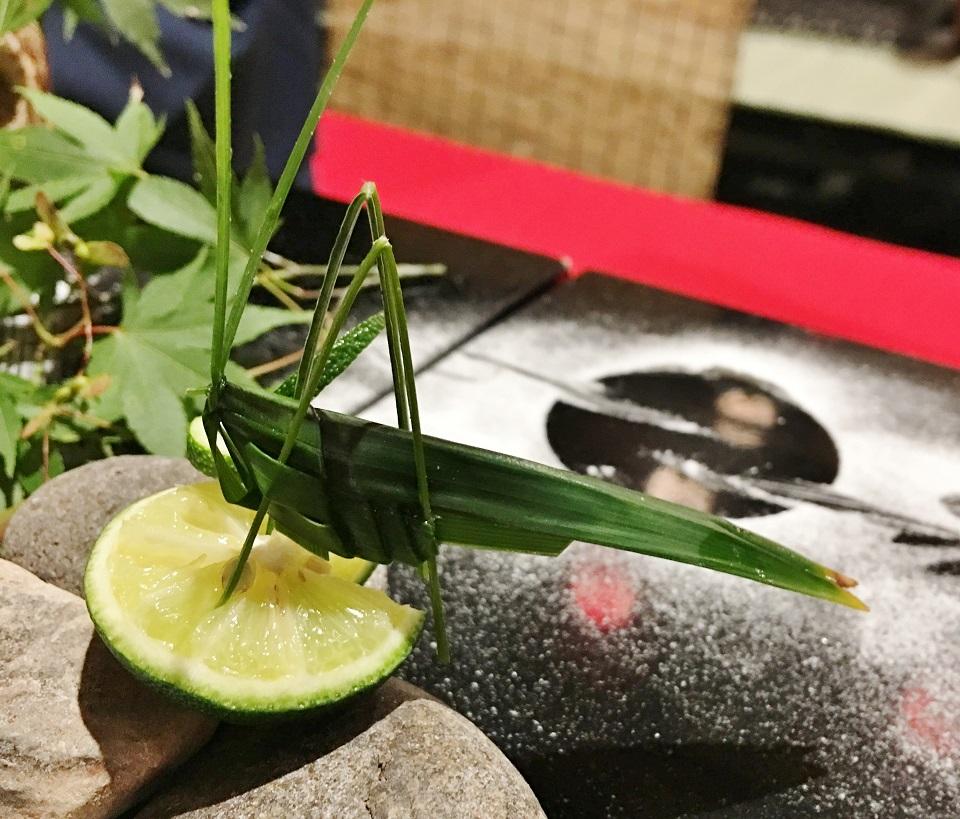 笹で作ったバッタの写真