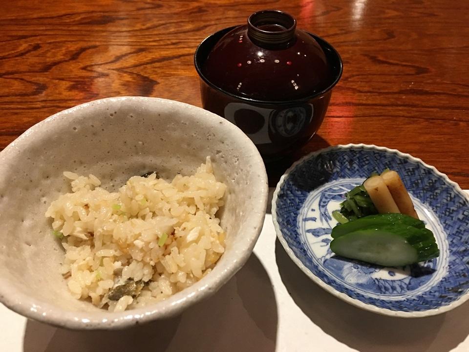 鮎ご飯と漬物と味噌汁の写真