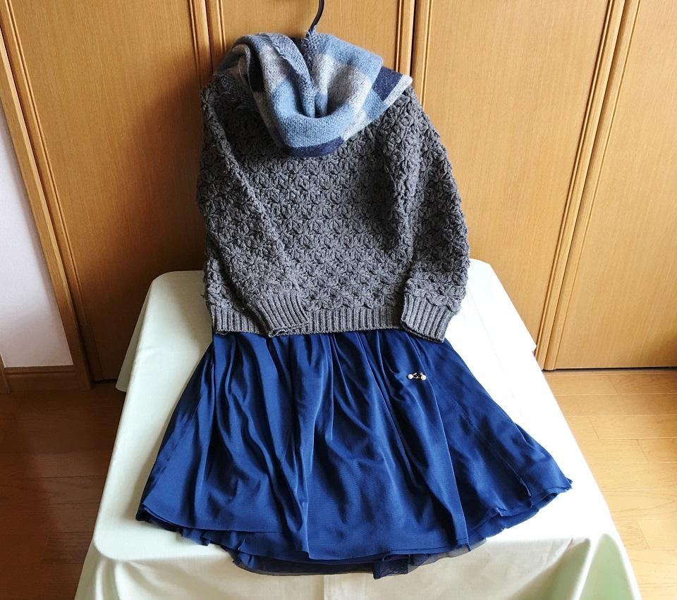ざっくりニットと青いスカートの写真