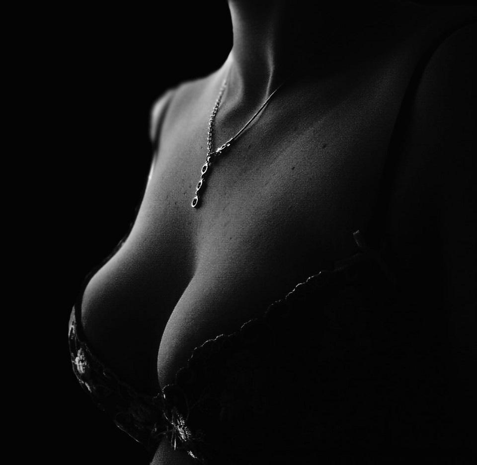 きれいなバストの女性の写真