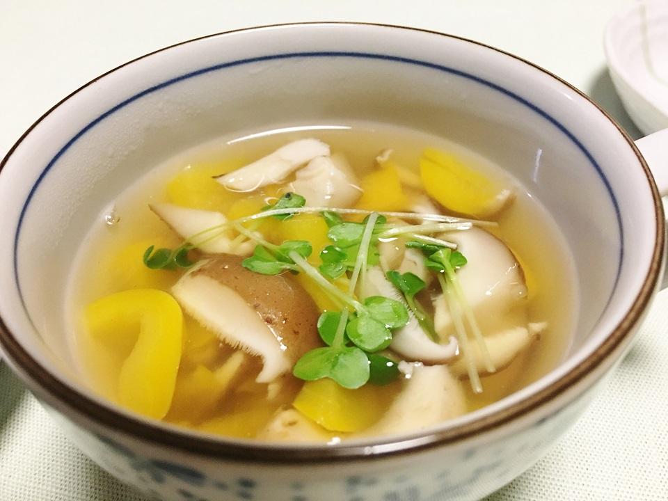 シイタケとパプリカのスープの写真