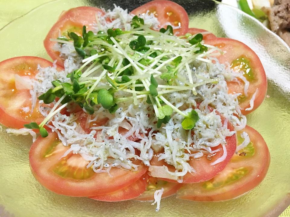 トマトの輪切りサラダの写真