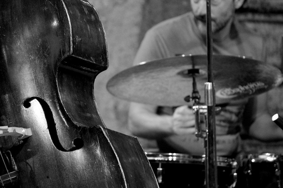 ジャズを演奏するバンドの写真
