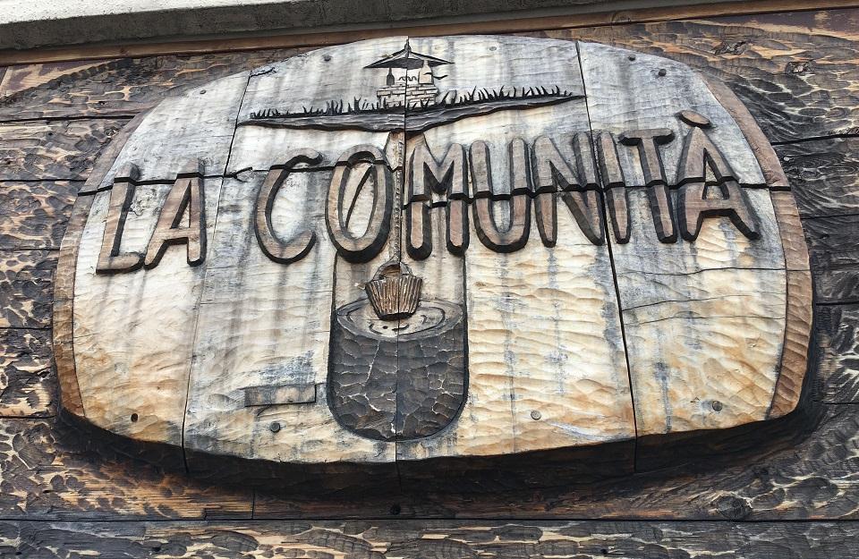 ラ・コミュニタの看板の写真
