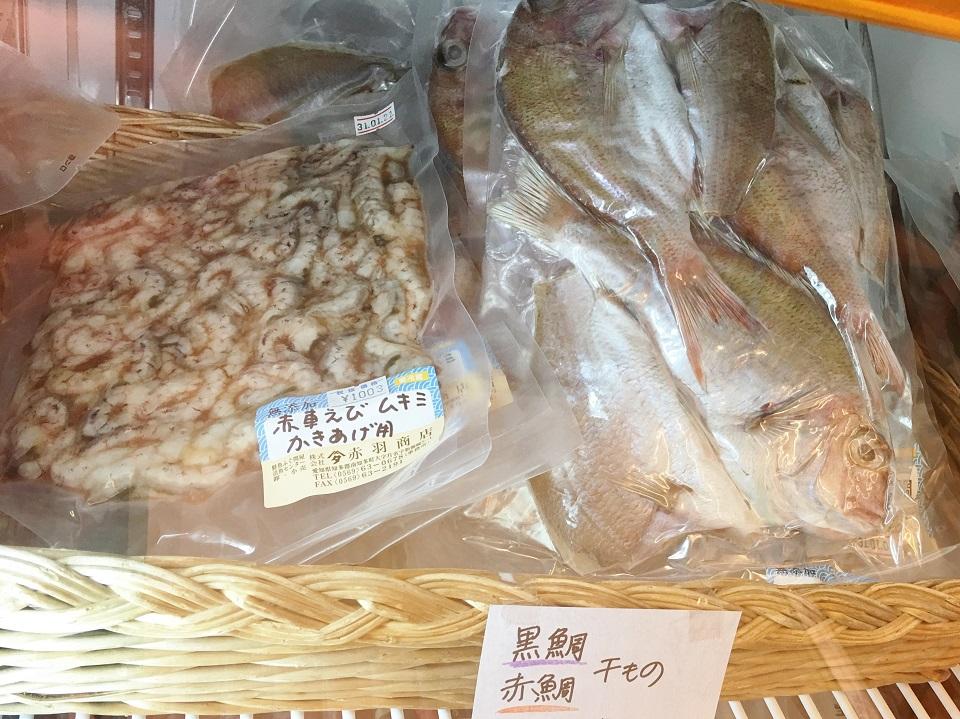 赤車エビのむき身と鯛の干物の写真