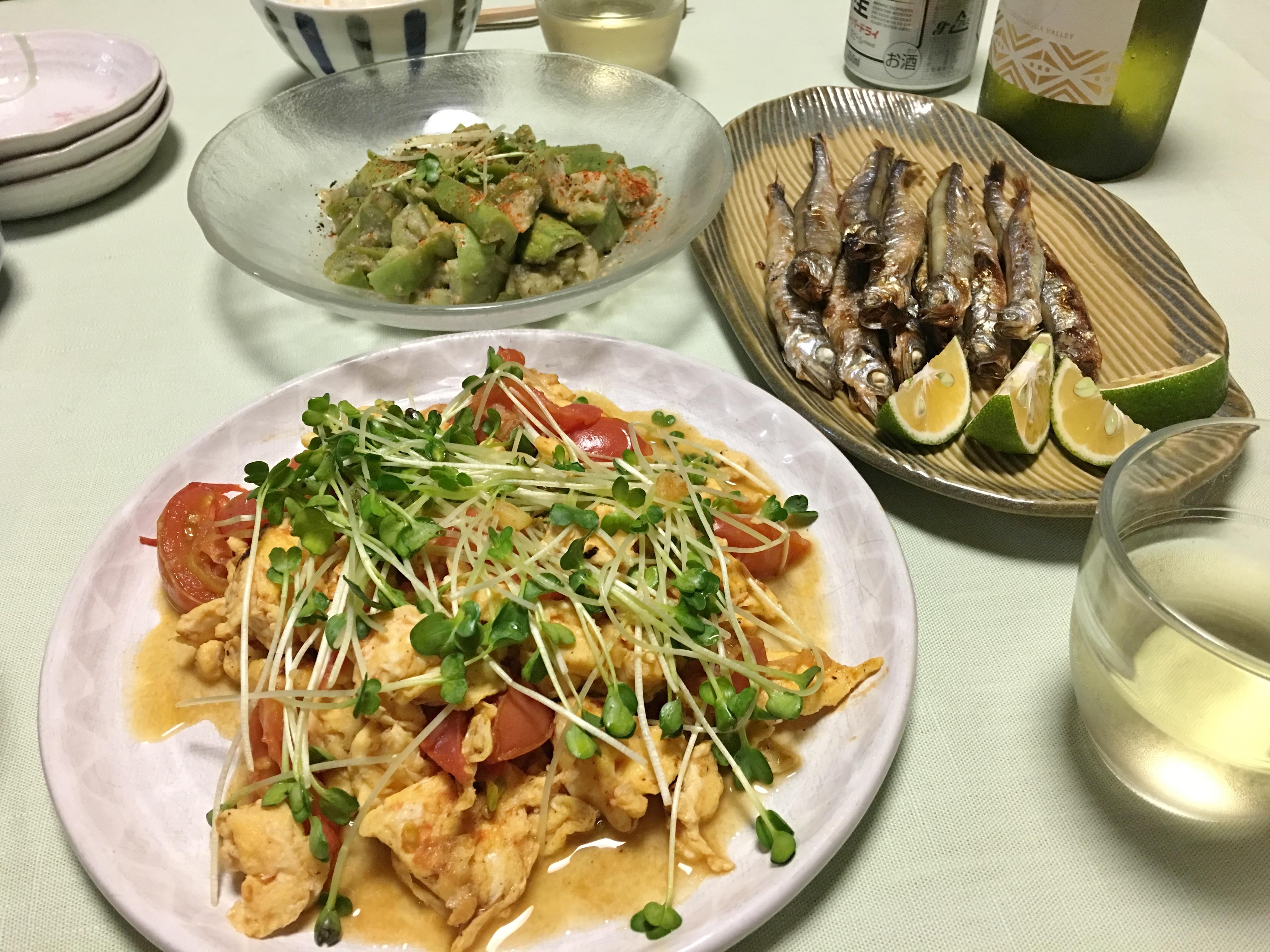 レンチン蒸ナス中心の夕食の写真