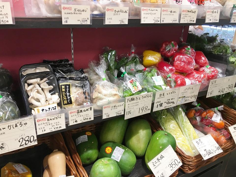 いろいろなオーガニックの野菜が並ぶ棚の写真