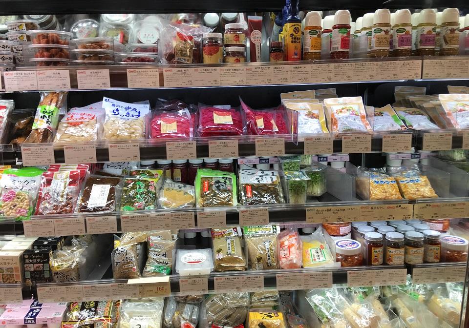 こだわり屋のオーガニック商品が並ぶ棚の写真