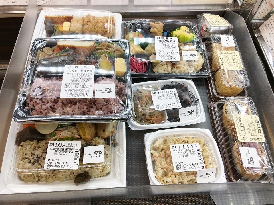 オーガニックな弁当が並ぶ棚の写真