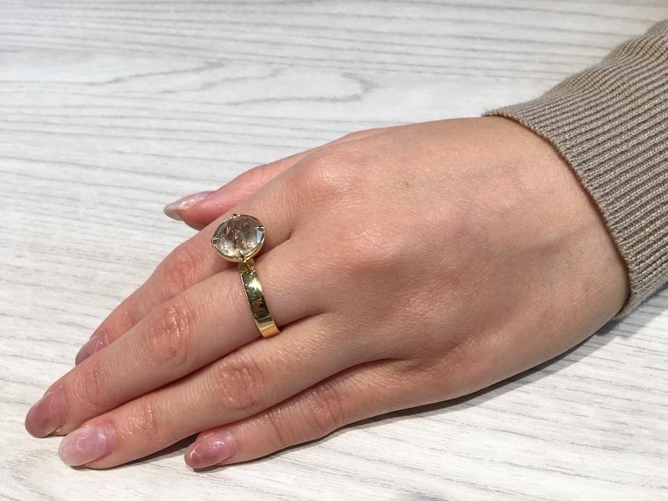 クオーツの指輪をつしている山崎さんの手の写真