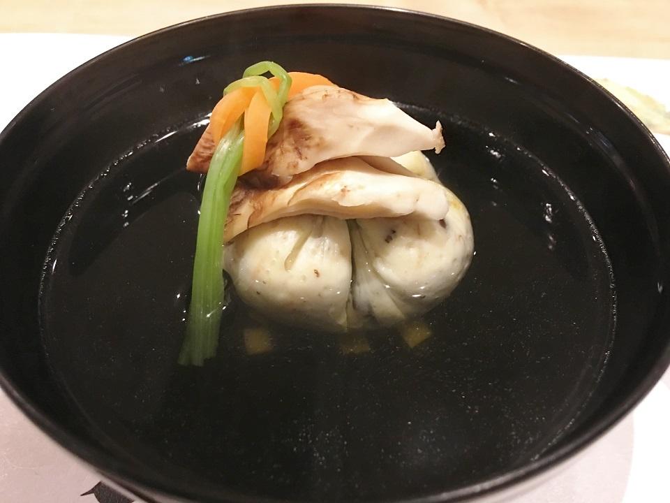 萩のしんじょと松茸の汁物の写真