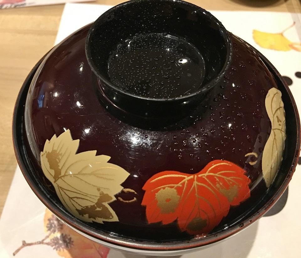 葉の絵付けが美しいお椀の写真