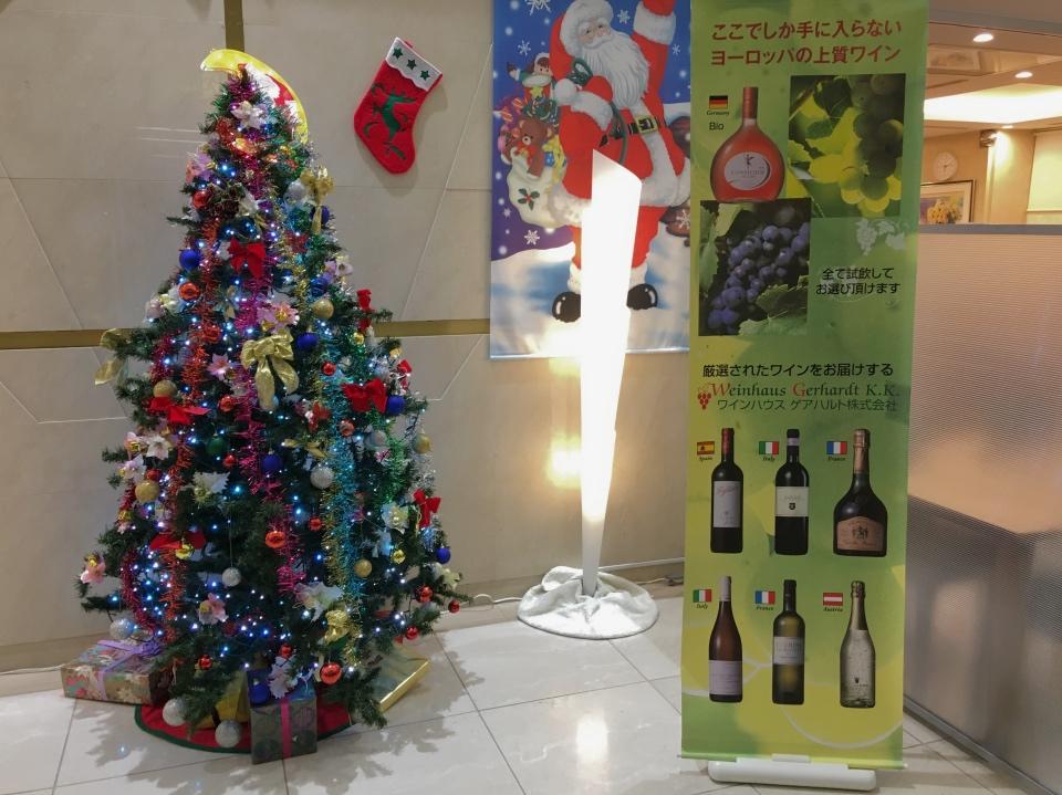 会場入り口のクリスマスツリーの写真