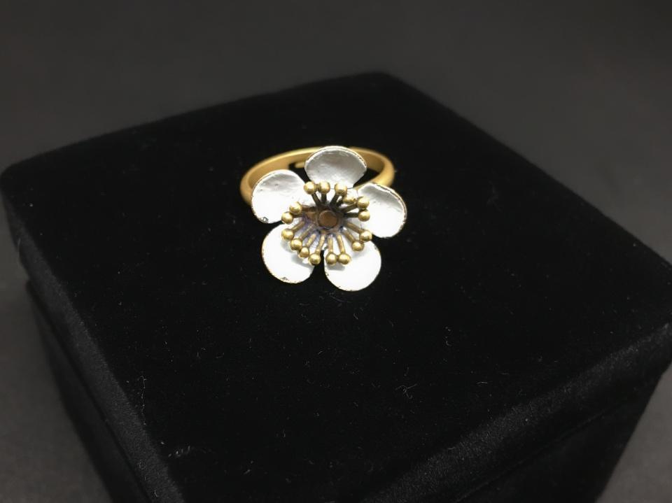 白い花の指輪の写真