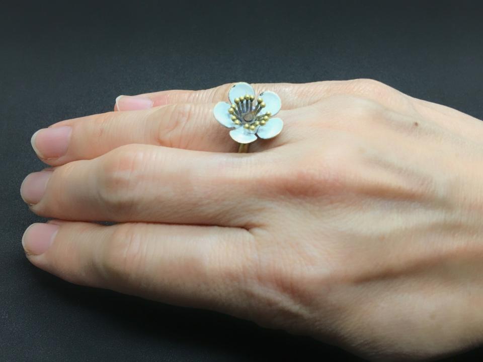 マビーユの白い花の指輪をつけてみた写真