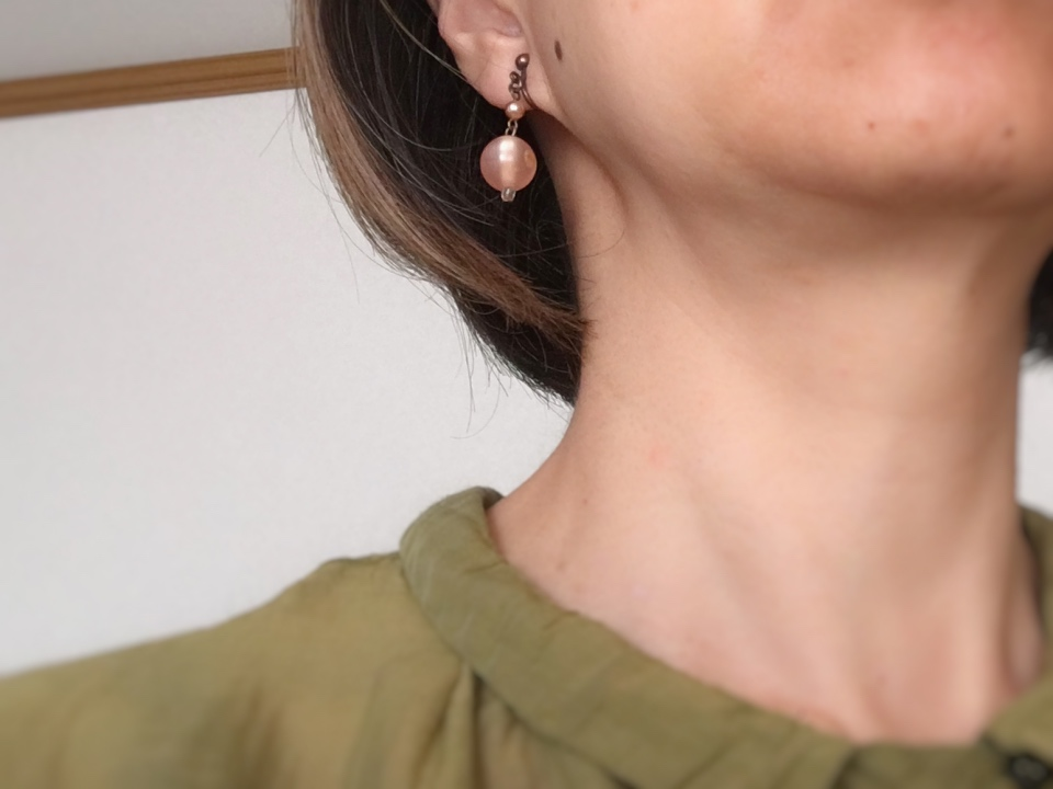 マビーユの薄いピンクのイヤリングをつけている写真