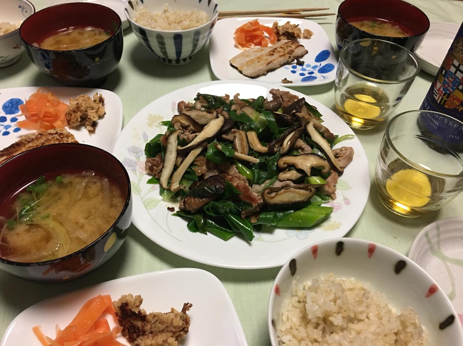 長ネギの青いとこと豚肉の塩炒め中心の夕食の写真