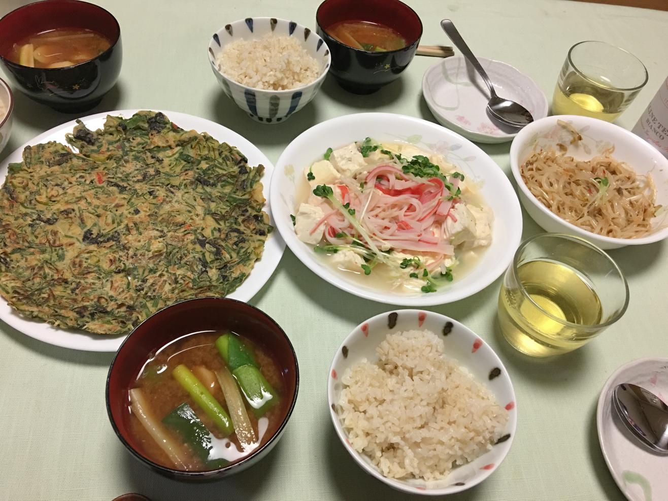 おからパウダーとネギの青いところのチヂミ中心の夕食の写真