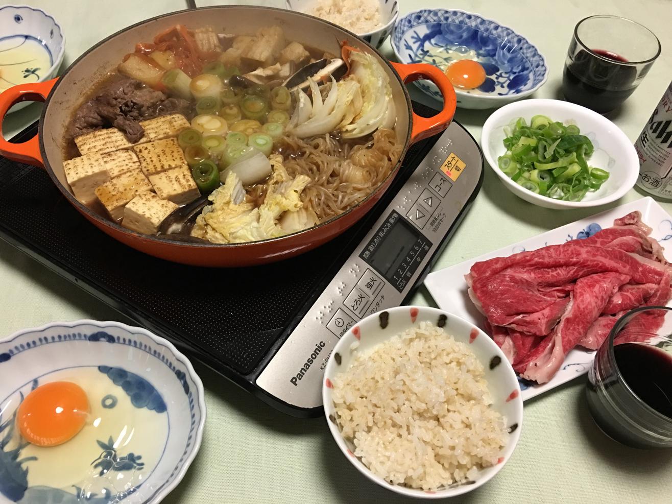食卓でスタンディングねぎ鍋を煮ている写真