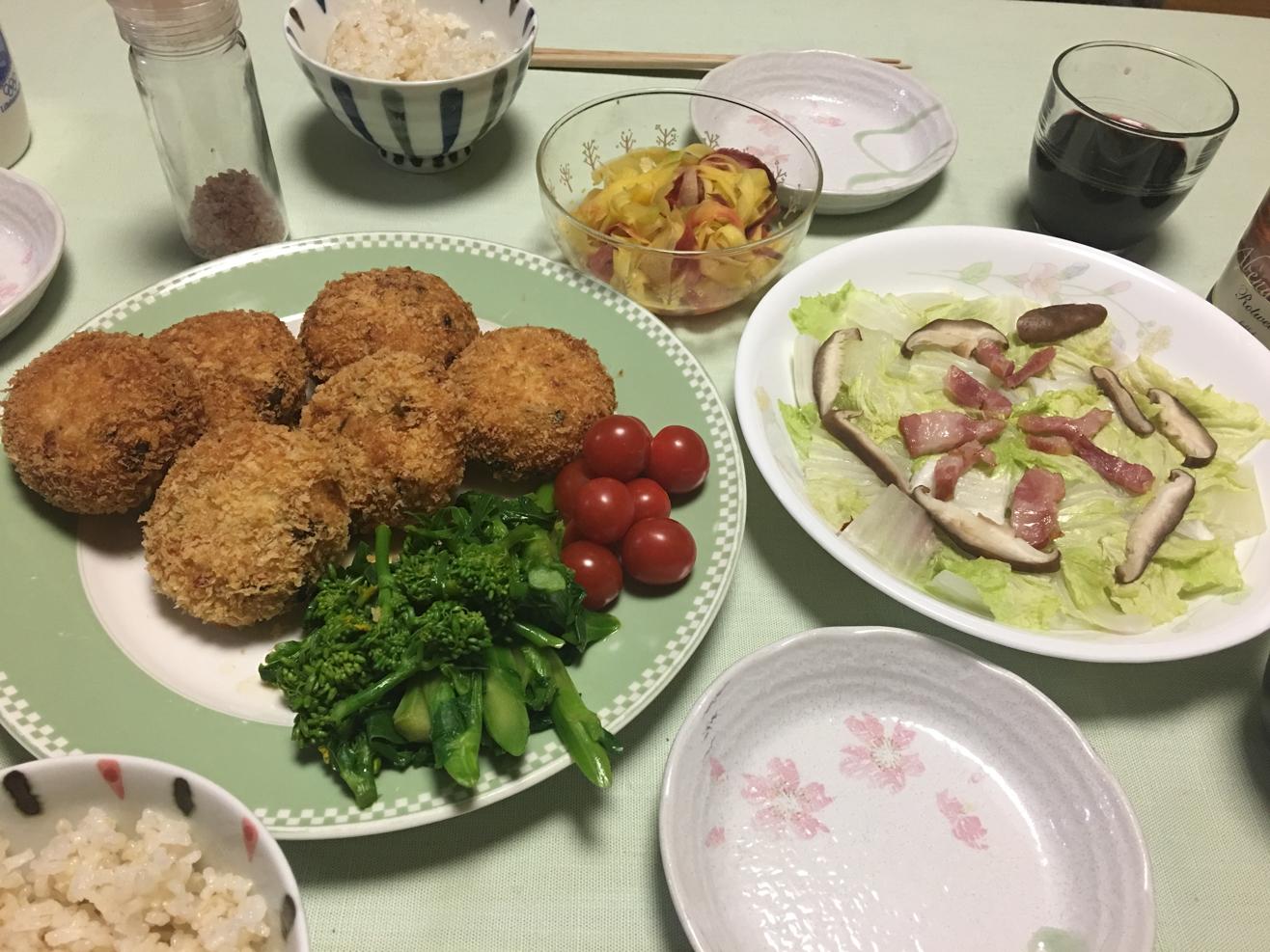 ネギと鮭フレークのコロッケ中心の夕食の写真