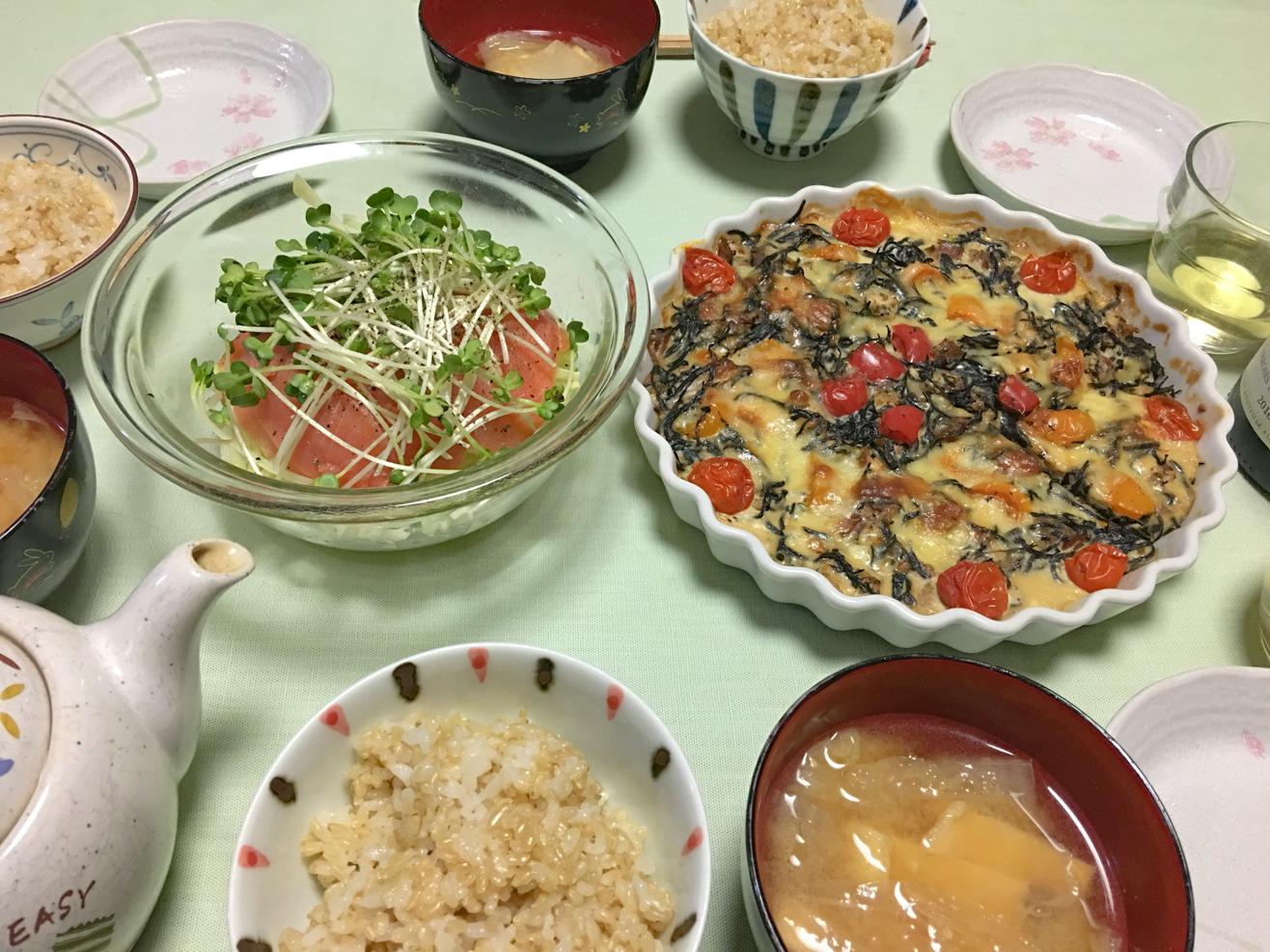 生ひじきのキッシュ中心の夕食の写真