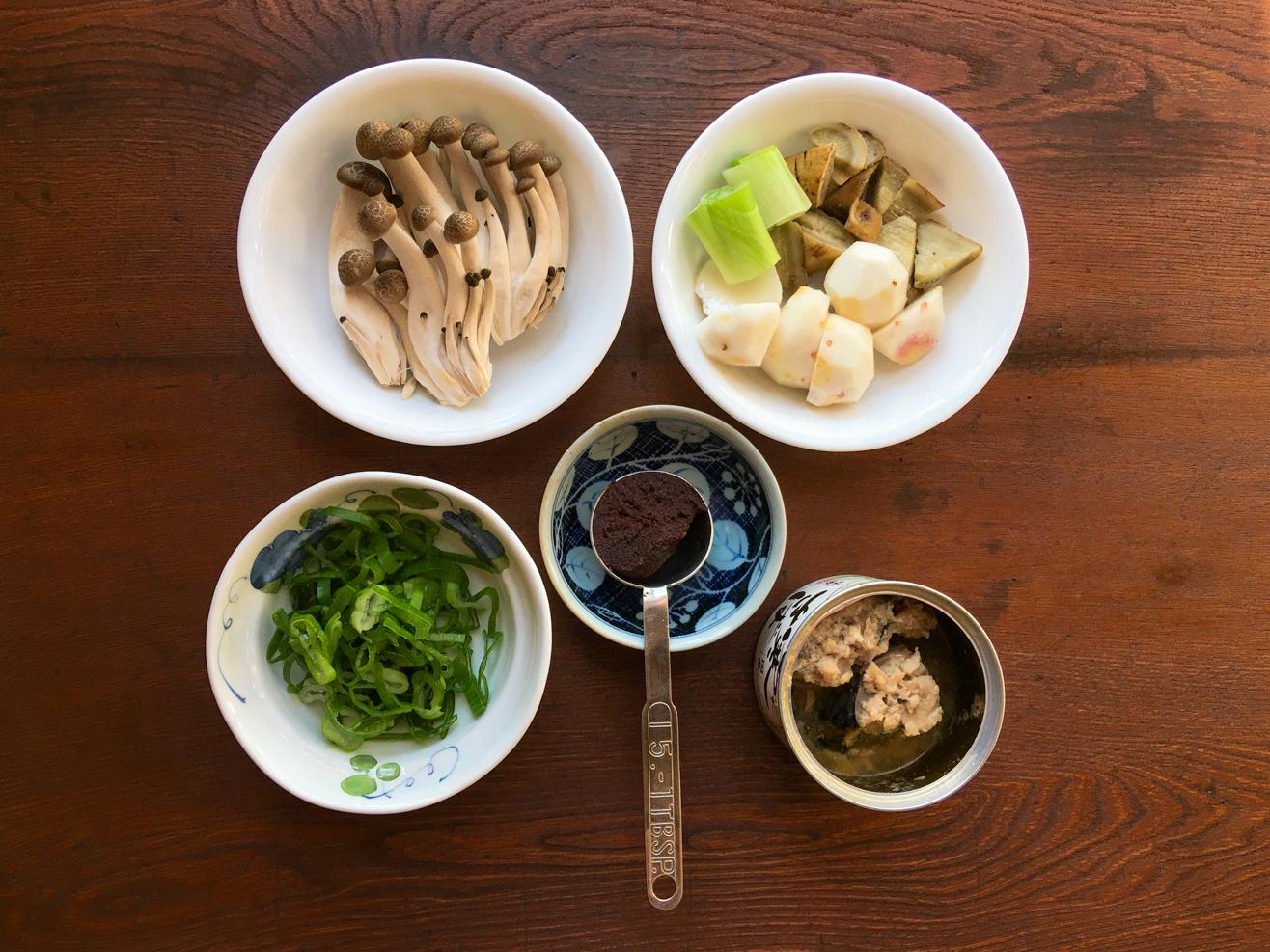 鯖缶みそ汁ごぼうと里芋の材料の写真