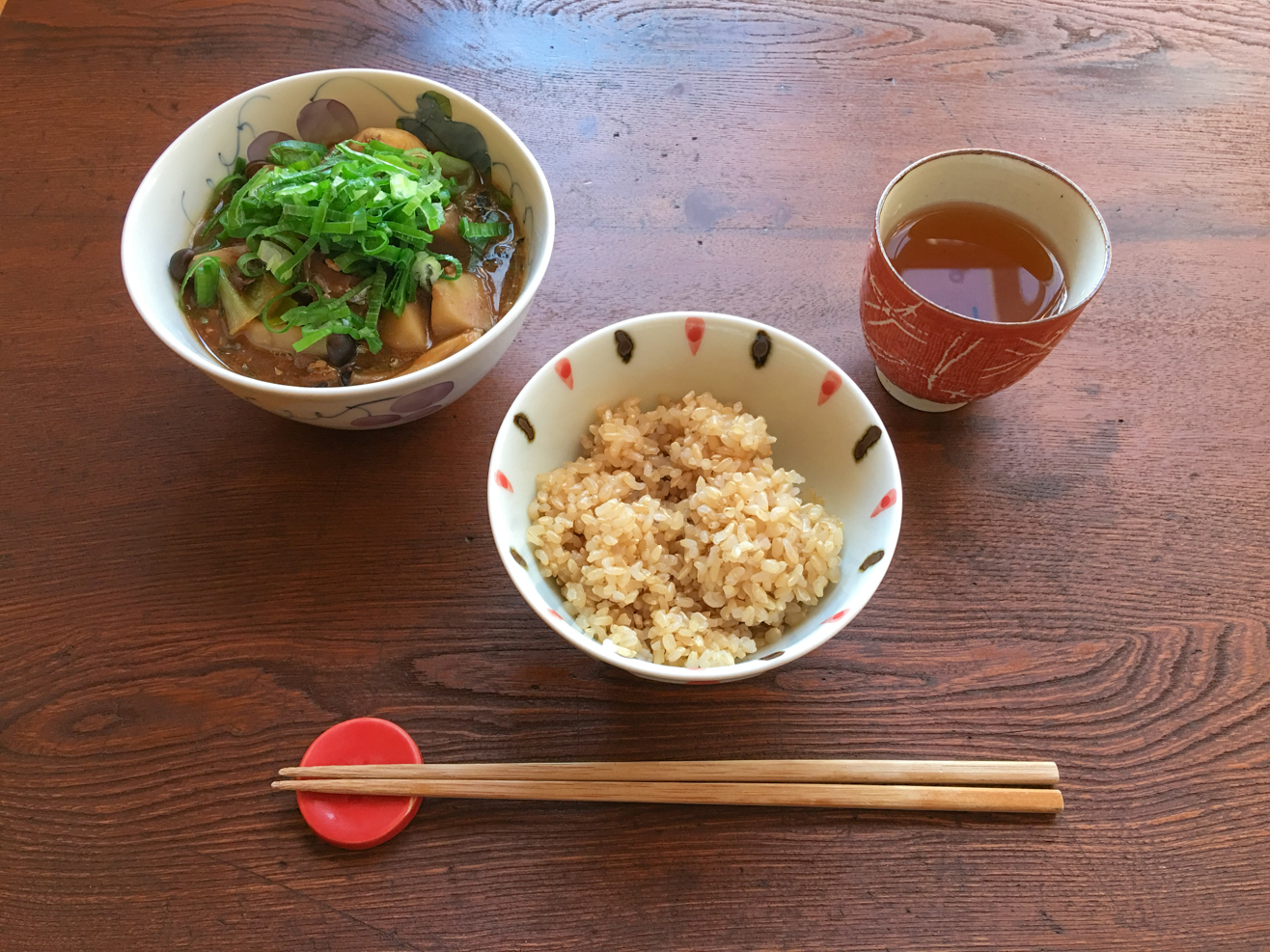 鯖缶味噌汁ご飯とお茶の写真