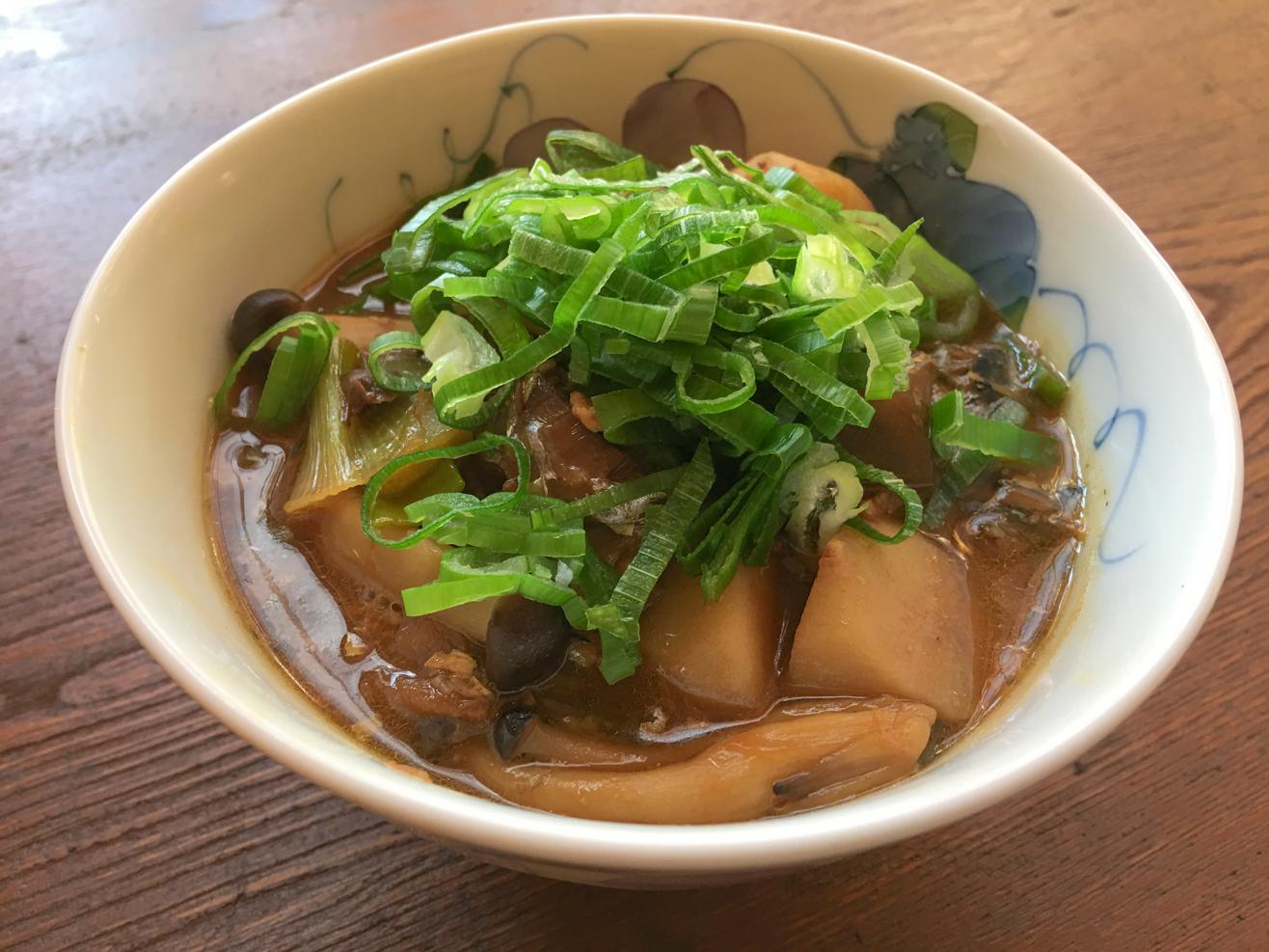 鯖缶味噌汁ごぼうと里芋の写真