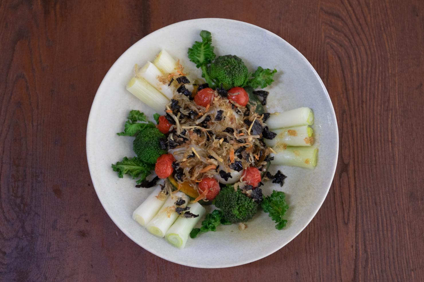 旬の野菜ホットサラダ・カリッカリしらすドレッシング添えの出来上がりの写真4