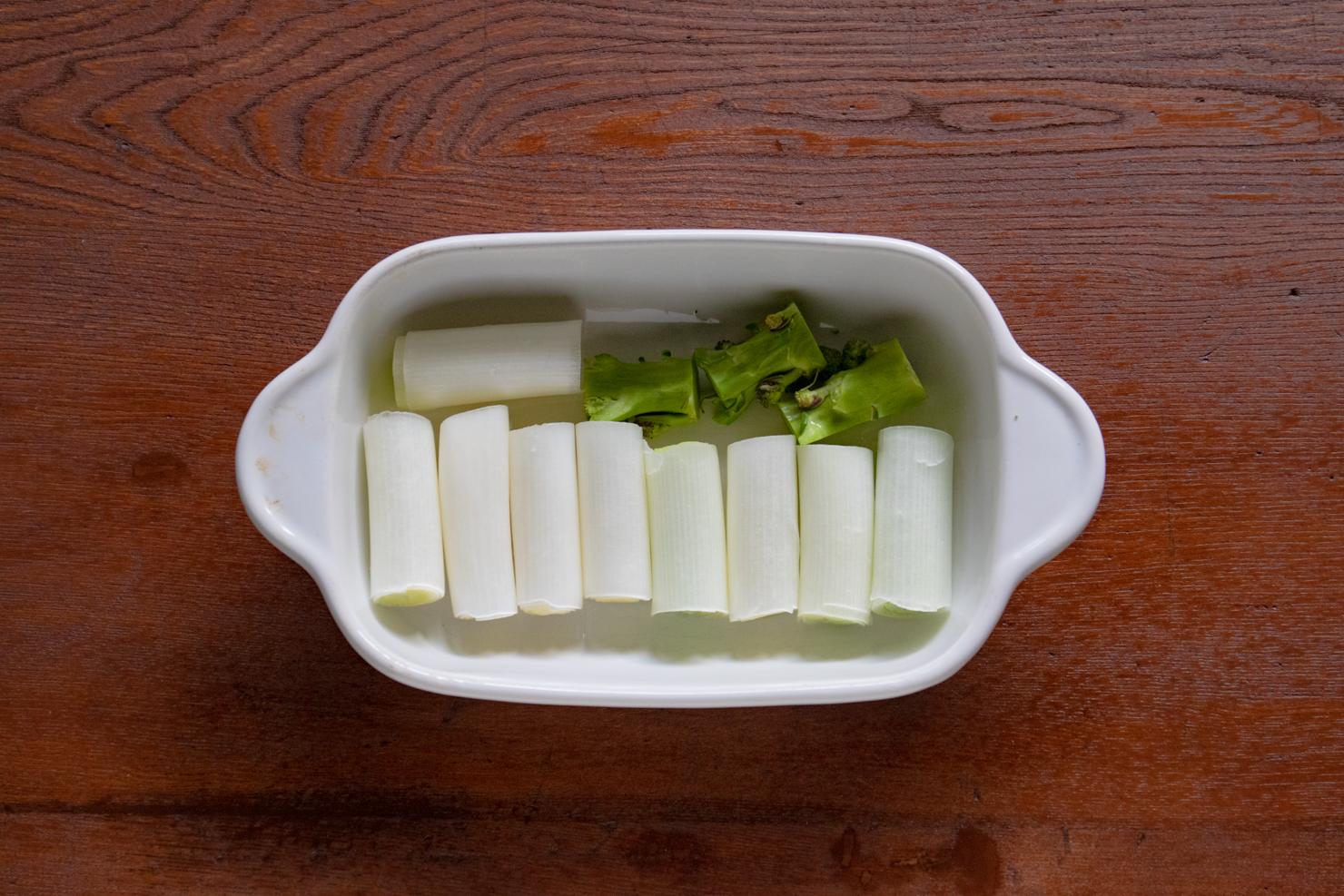 ネギとブロッコリーの茎を皿に並べてラップをかけた写真