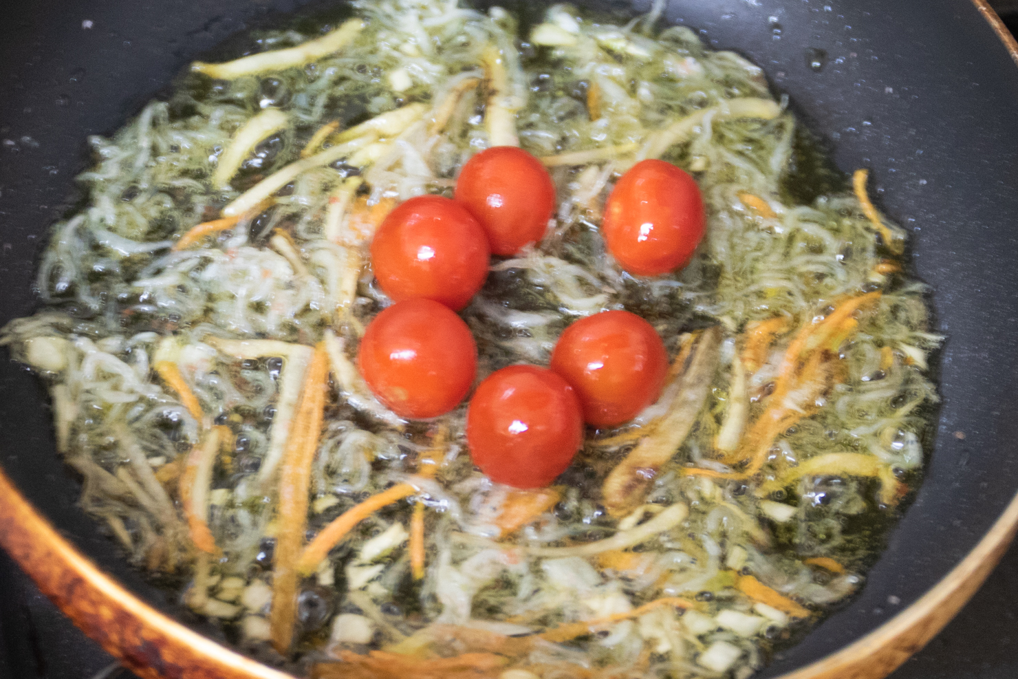 2のフライパンでプチトマトを炒めている写真