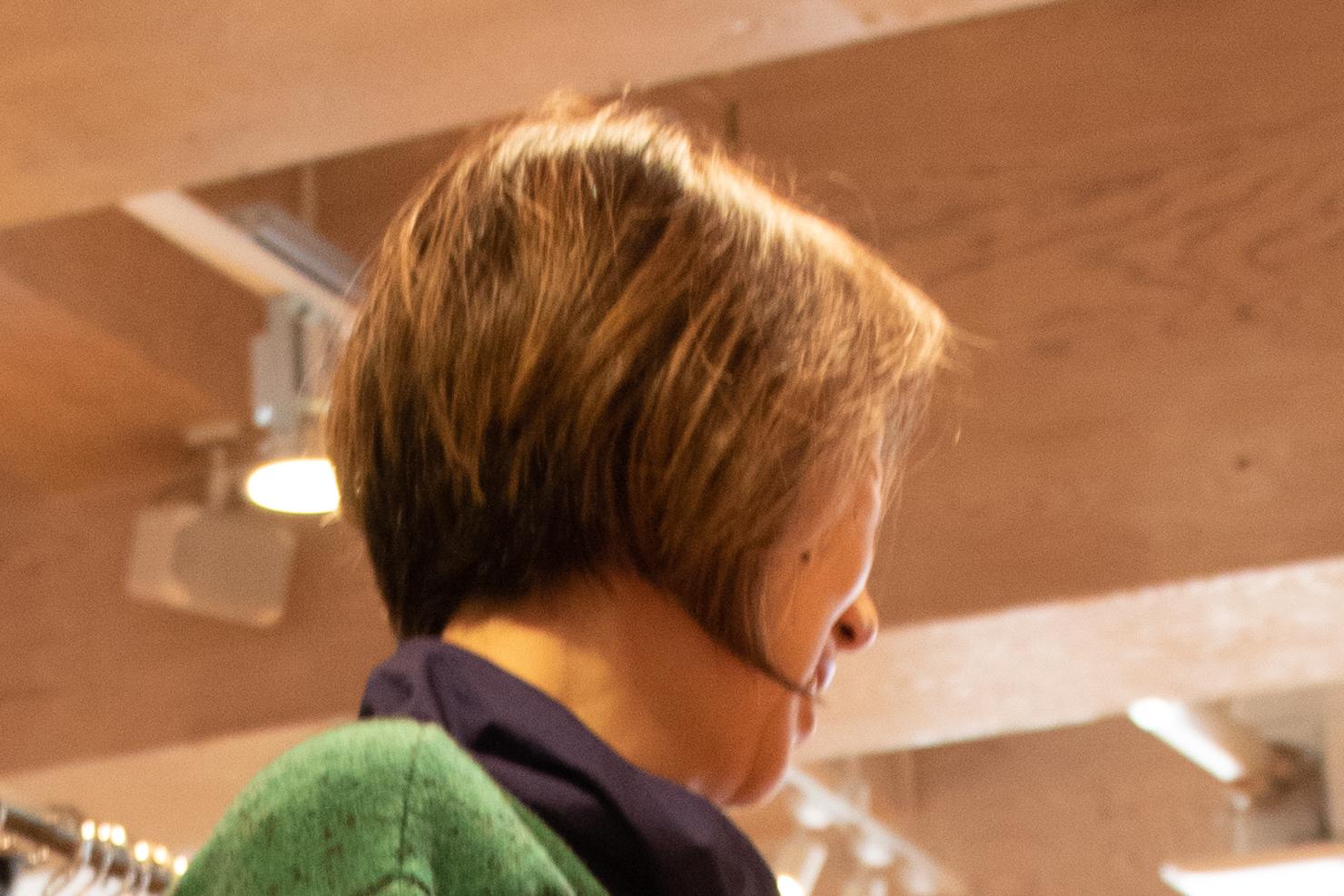 グレイヘア移行期間でも髪色が美しい写真