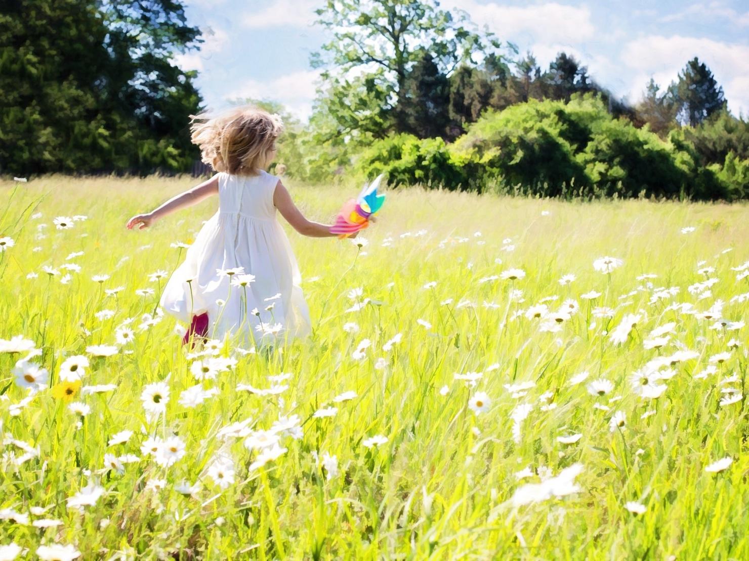 女の子が草原を走っているイラスト