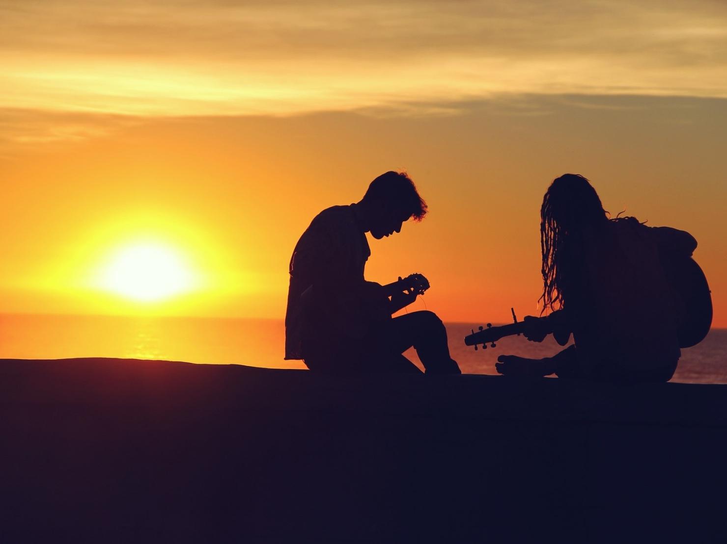 ギターを弾く2人の写真