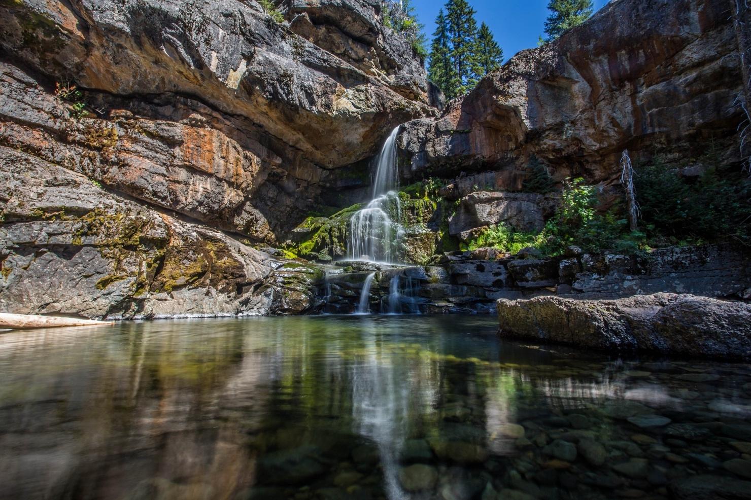 渓谷の滝と小川の写真