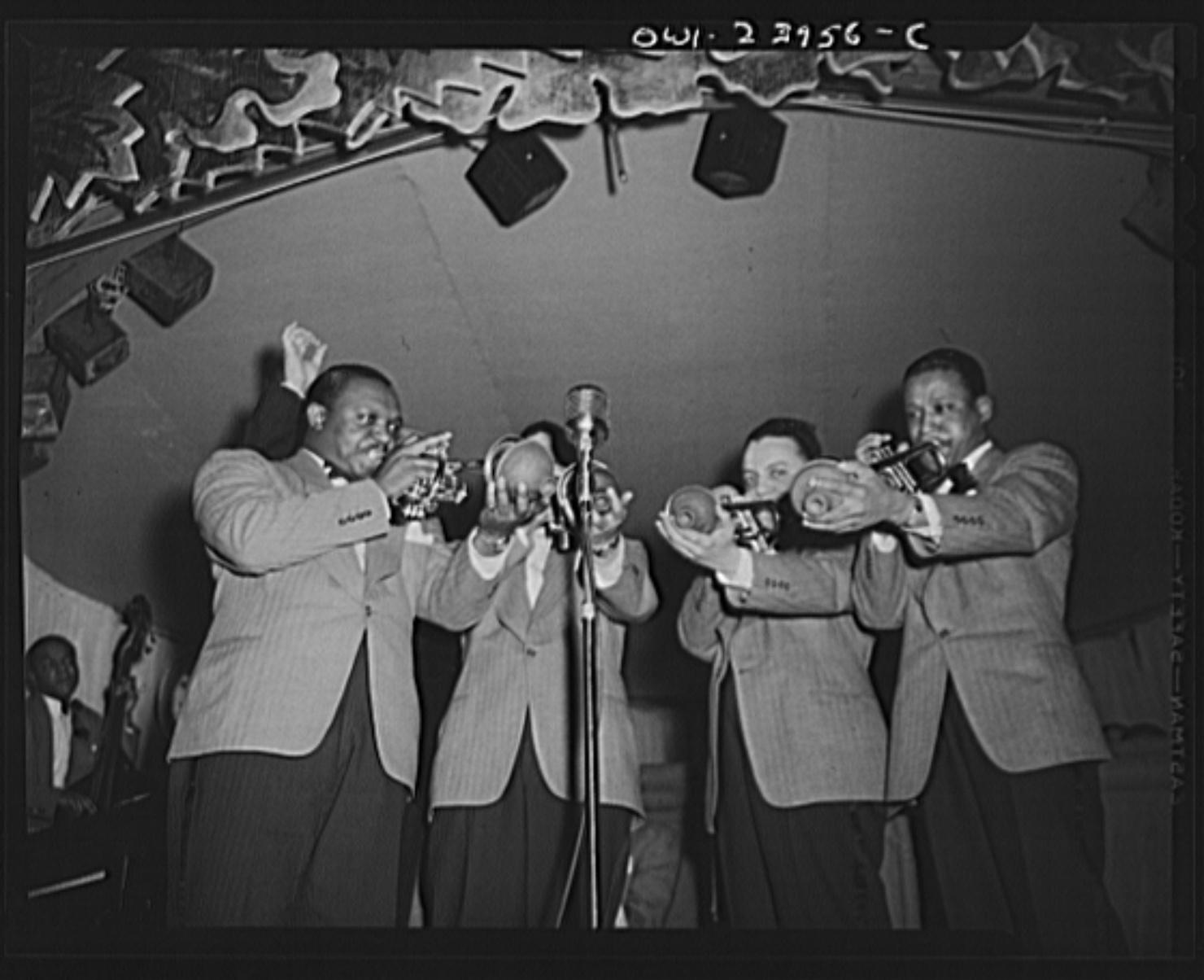 デューク・エリントン楽団のトランペットセクションが演奏している写真