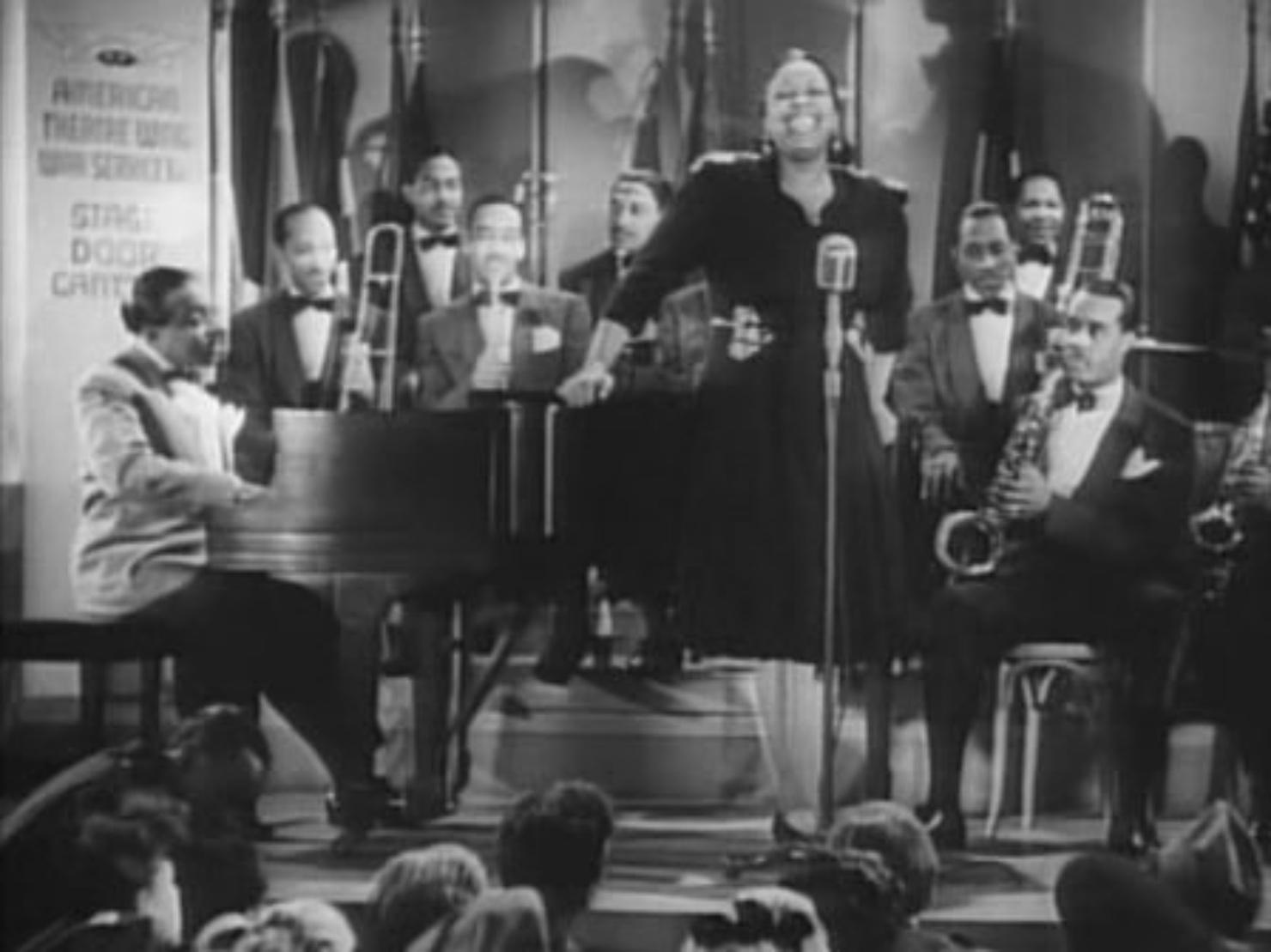 カウント・ベーシー楽団が演奏している写真