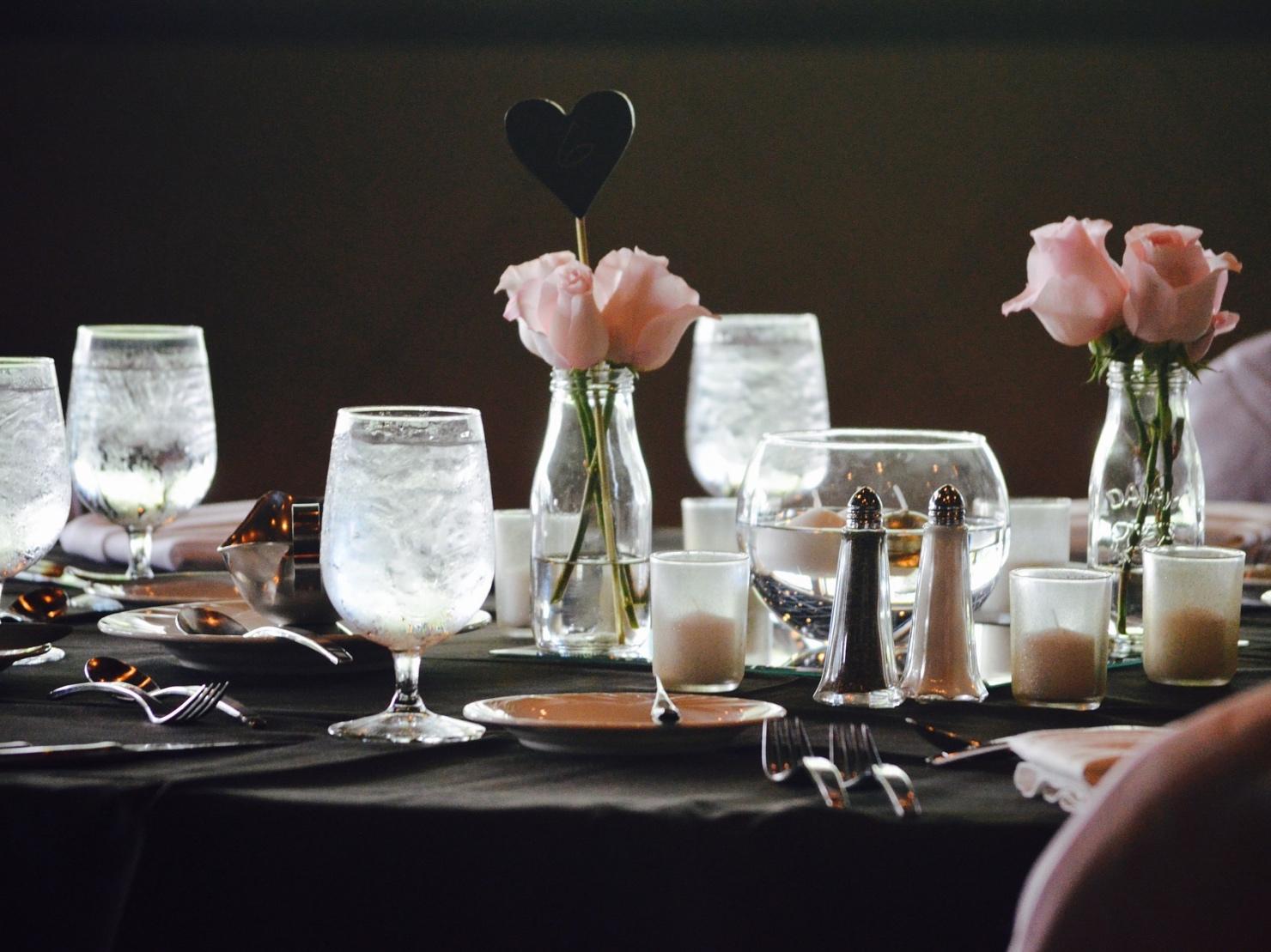 披露宴会場のテーブルの写真
