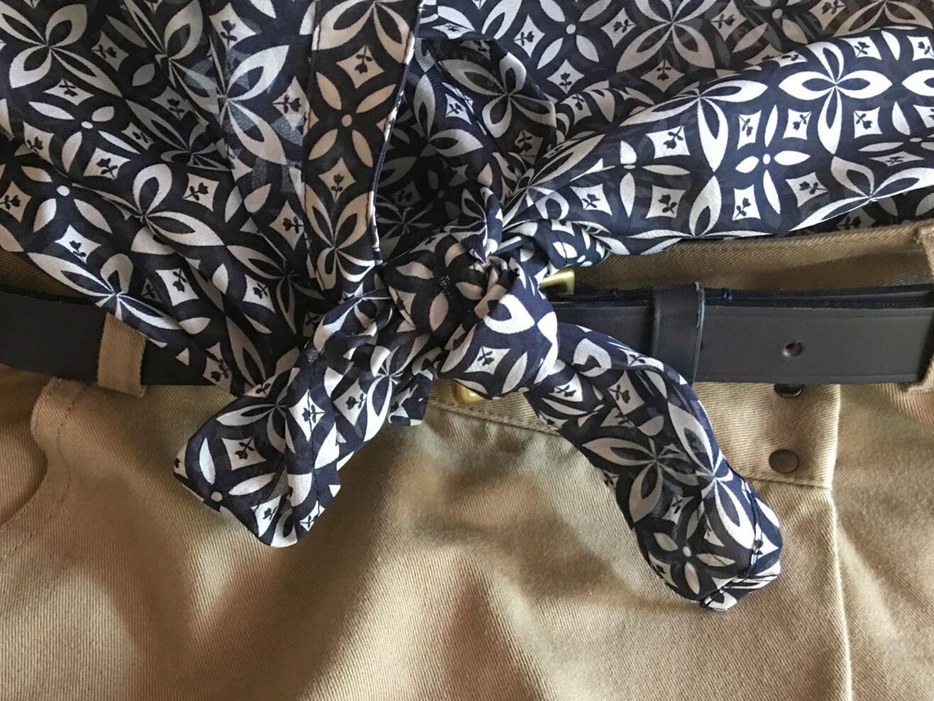 ブラウスの裾を結んだ写真