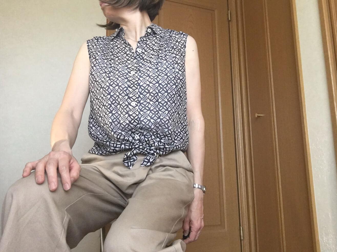 シルクのノースリーブのブラウスと古着のパンツをコーディネートした写真