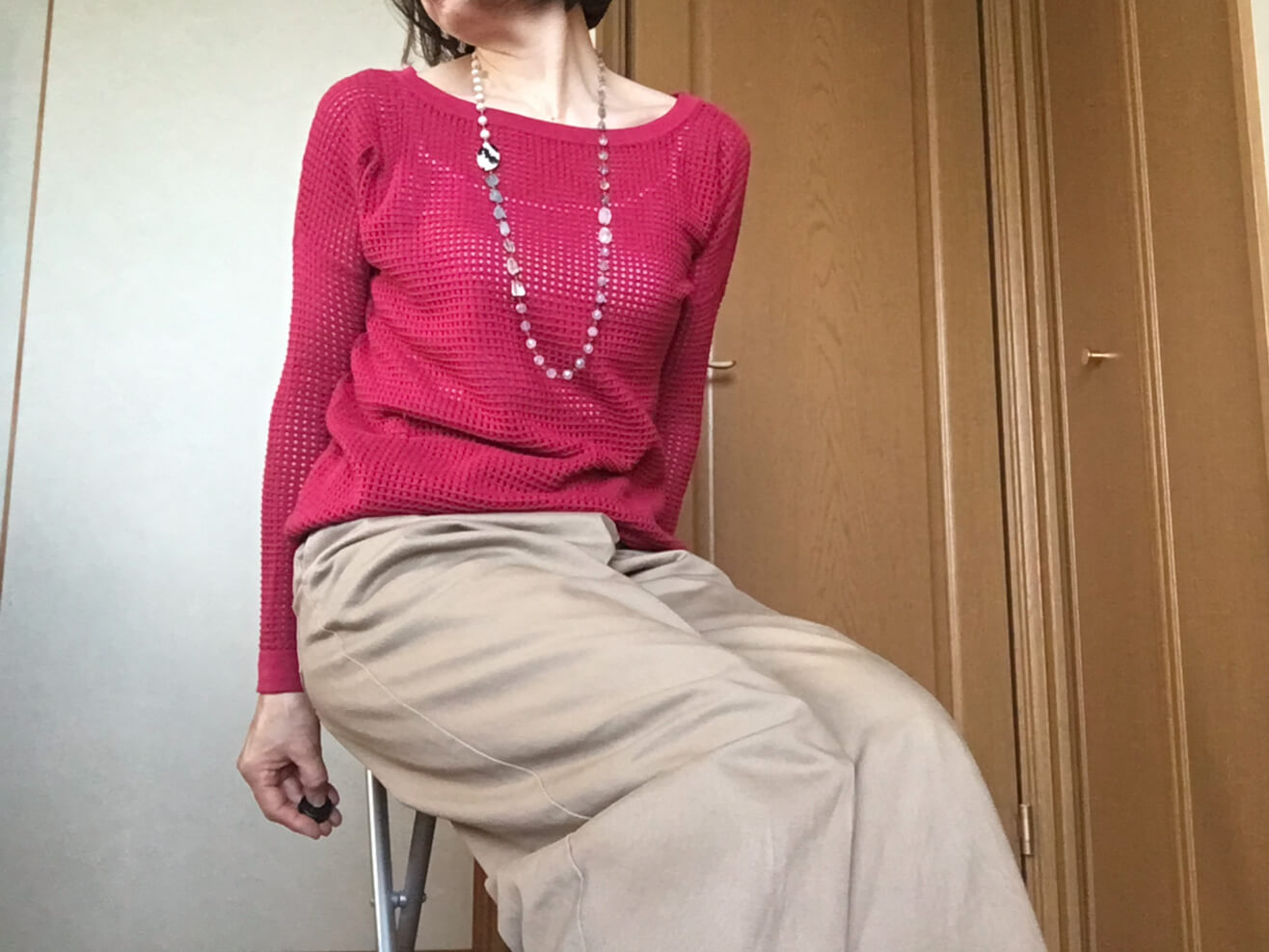 鮮やかなピンクのニットと古着のパンツをコーディネートした写真