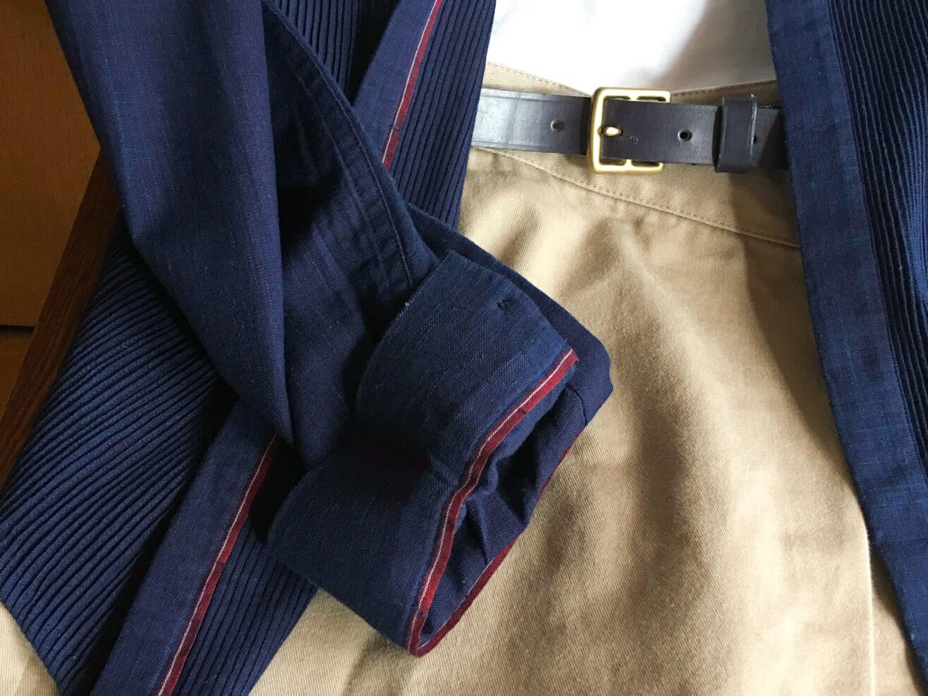 古着のパンツに男物のシャツを羽織った写真