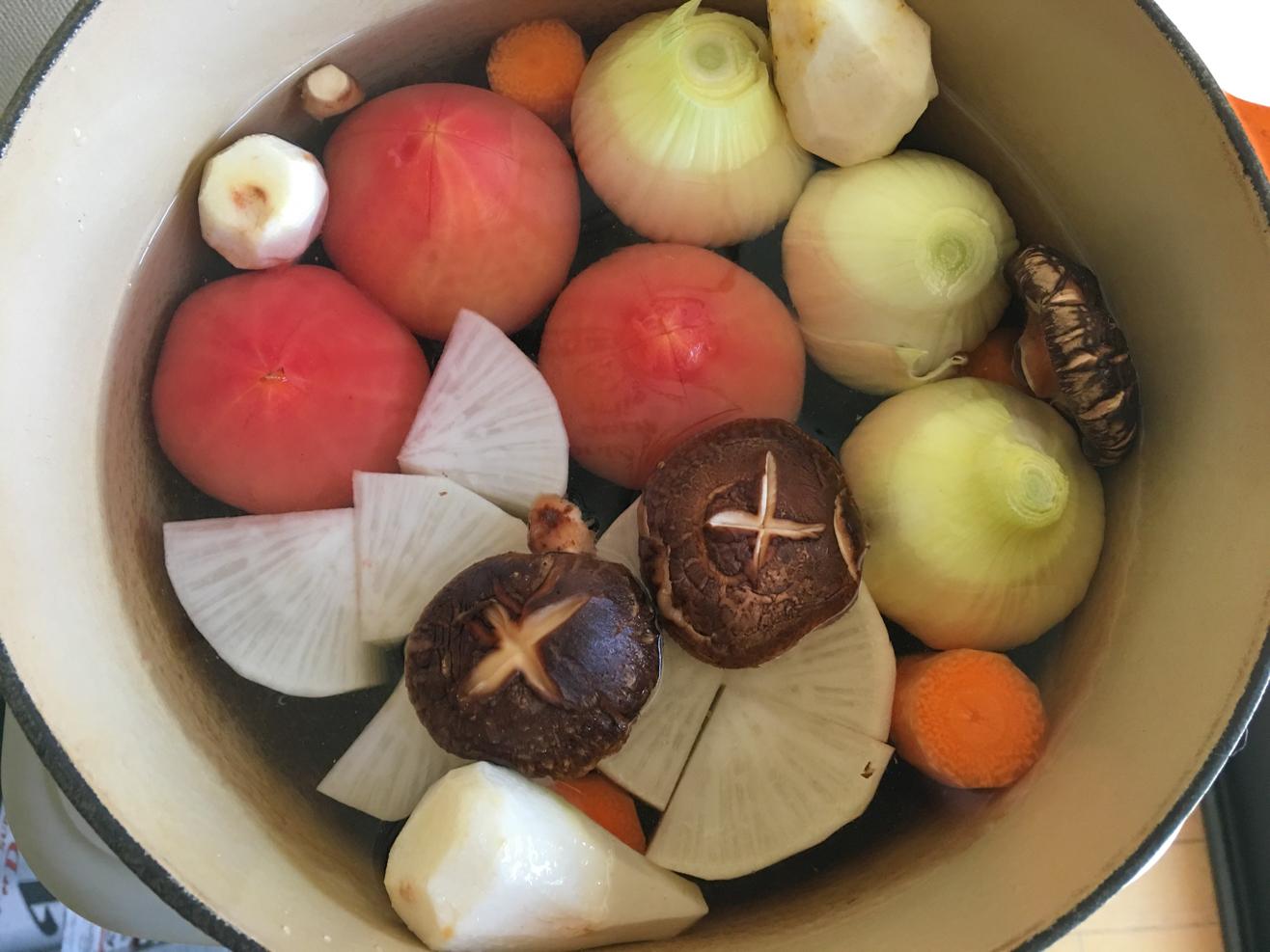 トマト入りのおでんの具の野菜を鍋に入れた写真