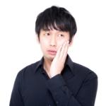 歯痛で苦しむ男性の写真