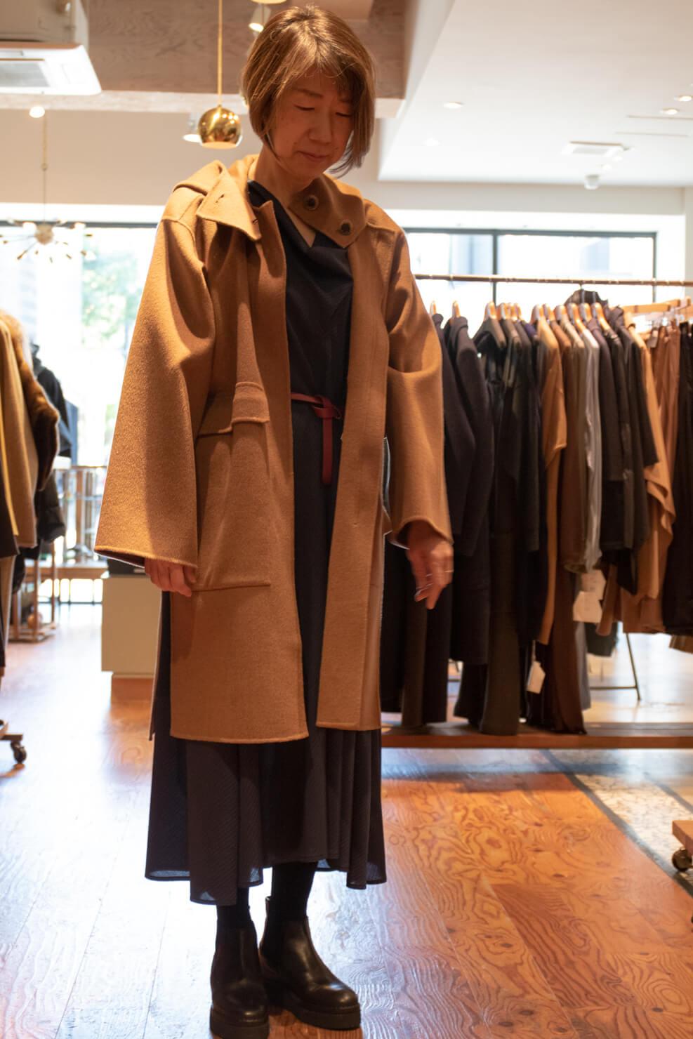 ソフィードールのワンピースを着てロングコートを着たガッツの写真