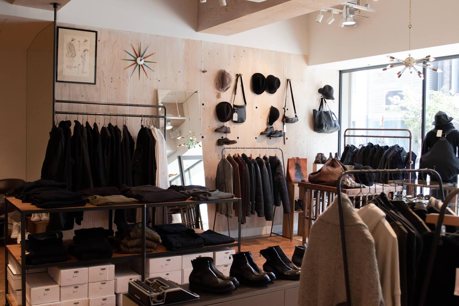 おしゃれな服・帽子・靴が並ぶギャルドローブの店内の写真