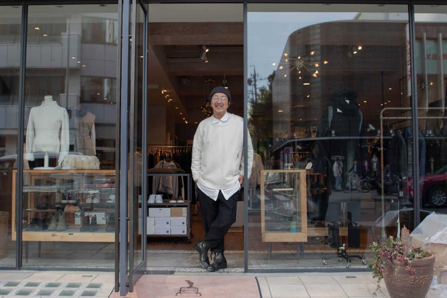 店の前でポーズをとる浅田さんの写真