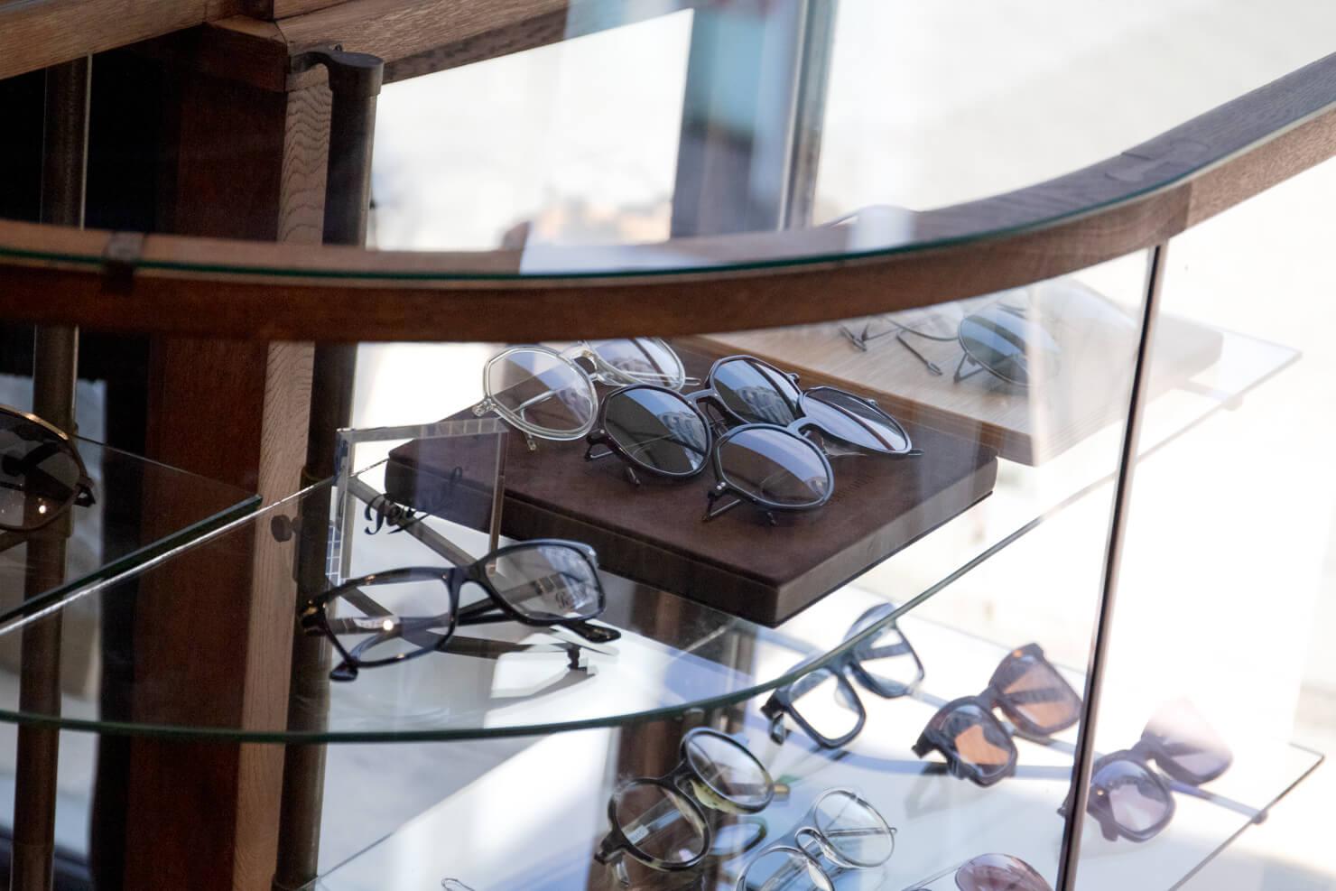 ショーケースの中のメガネの写真