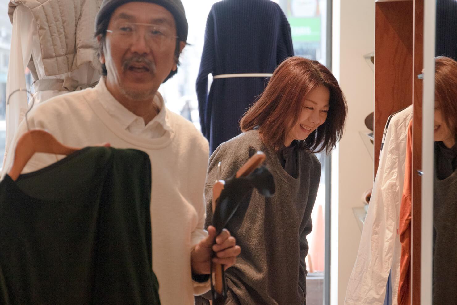 浅田さんと笑顔の典子さんがお店にいる写真