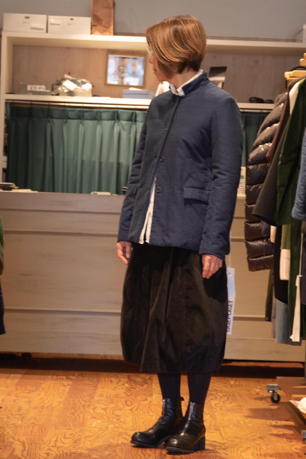 ケーシーケーシーのジャケットを着ている写真